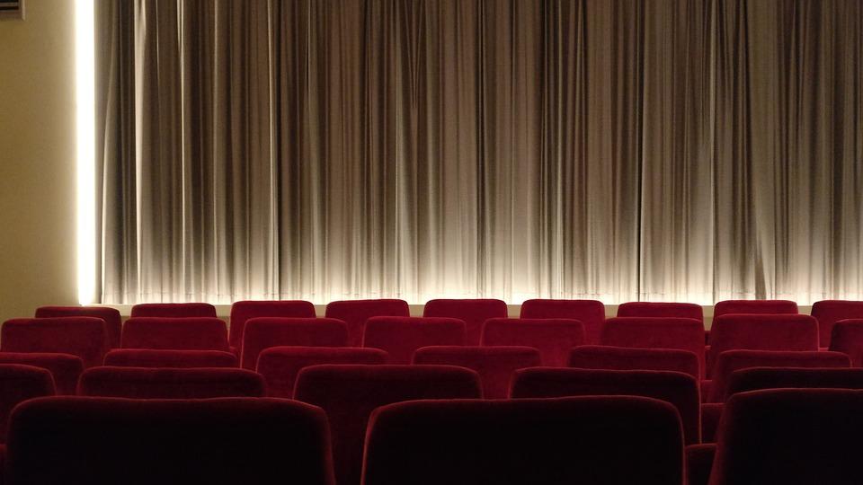 映画館で座席が最前列! 見え方は? 対策法は?